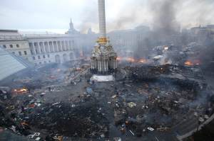 "An aerial view shows Independence Square during clashes between anti-government protesters and Interior Ministry members and riot police in central Kiev February 19, 2014. Ukrainian President Viktor Yanukovich warned his opponents on Wednesday that he could deploy force against them after what he called their attempt to ""seize power"" by means of ""arson and murder"". REUTERS/Olga Yakimovich (UKRAINE - Tags: POLITICS CIVIL UNREST CITYSCAPE TPX IMAGES OF THE DAY) ORG XMIT: MOS57"